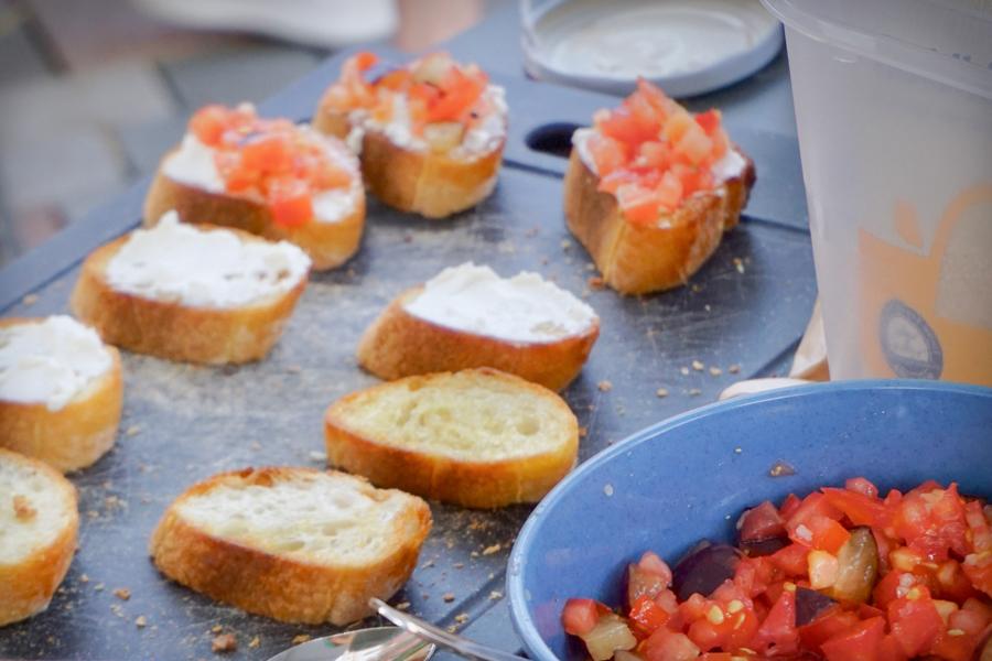 Zwetschgen-Tomaten-Pesto auf geröstetem Brot mit Frischkäse