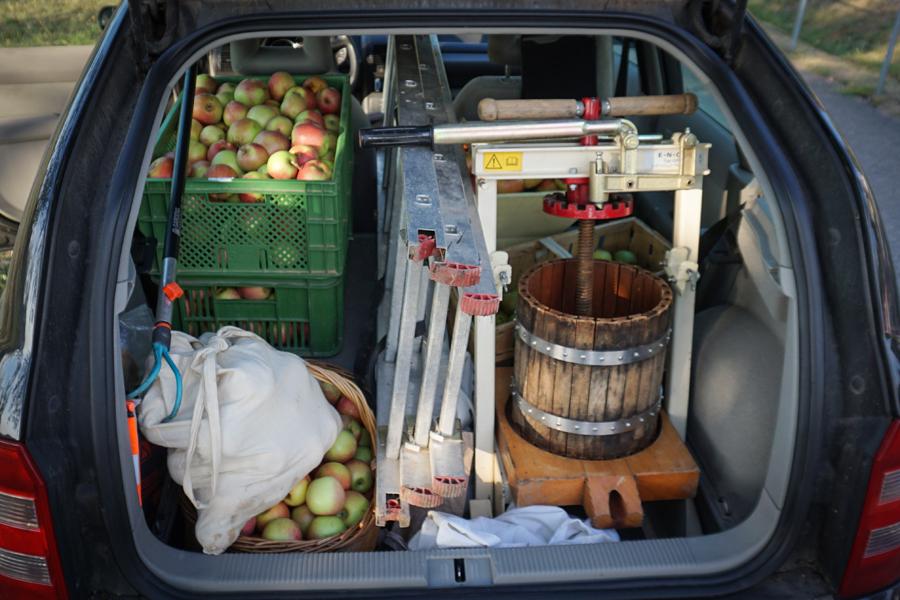 Auto vollgeladen mit Äpfeln & Presse