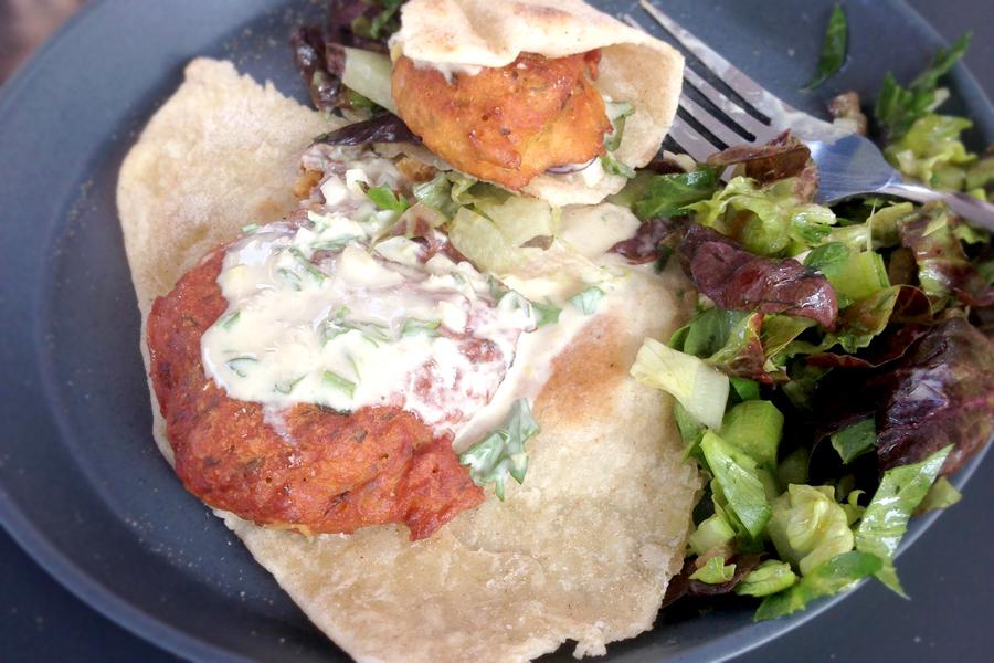 Linsenbratling auf Pfannenbrot mit Joghurtsoße und Salat
