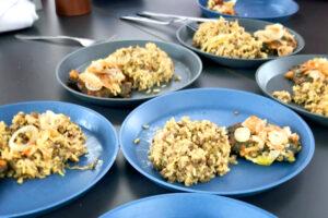 Teller mit Mangoldbratlingen und Mejadra